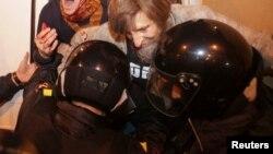 Polis Sankt Peterburqda Navalnı trəfdarlarını saxlayır. REUTERS