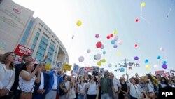 """Протестующие против закрытия издания """"Джумхуриет"""" в Стамбуле, 24 июля 2017 г."""
