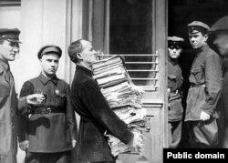 Сотрудник суда несет документы, относящиеся к процессу о вредителях в Шахтинском деле