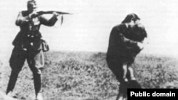 Нацист солдат балалы әйелді атып жатыр. Бабий Яр.