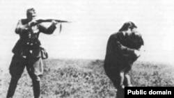 ССРО-ға басып кірген гитлерлік Германия армиясының сарбазы бала көтерген жергілікті тұрғынды қарудан көздеп, атуға дайындалуда. Бабий Яр, Украина.