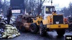 Грейдери розчищають вулицю на Грушевського, 16 лютого 2014
