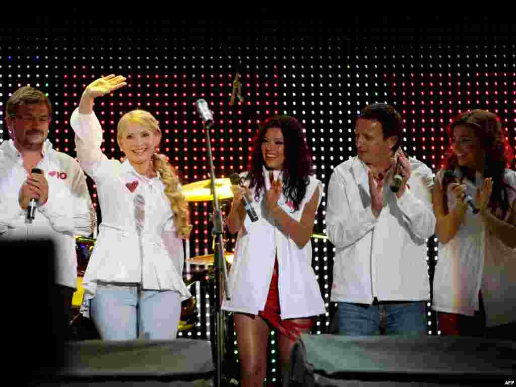 Ukrajina - Koncert - Na koncertu u Kijevu, premijerka, Julia Tymoshenko, pozdravlja svoje pristalice. Predsjednički izbori će se održati iduće godine.