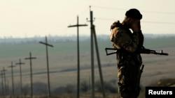 Украинский солдат на востоке страны, недалеко от границы с Россией