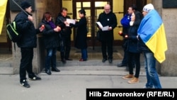 Чеські та українські активісти проводять акцію пам'яті біля «Чеського радіо». Прага, 10 грудня 2017 року