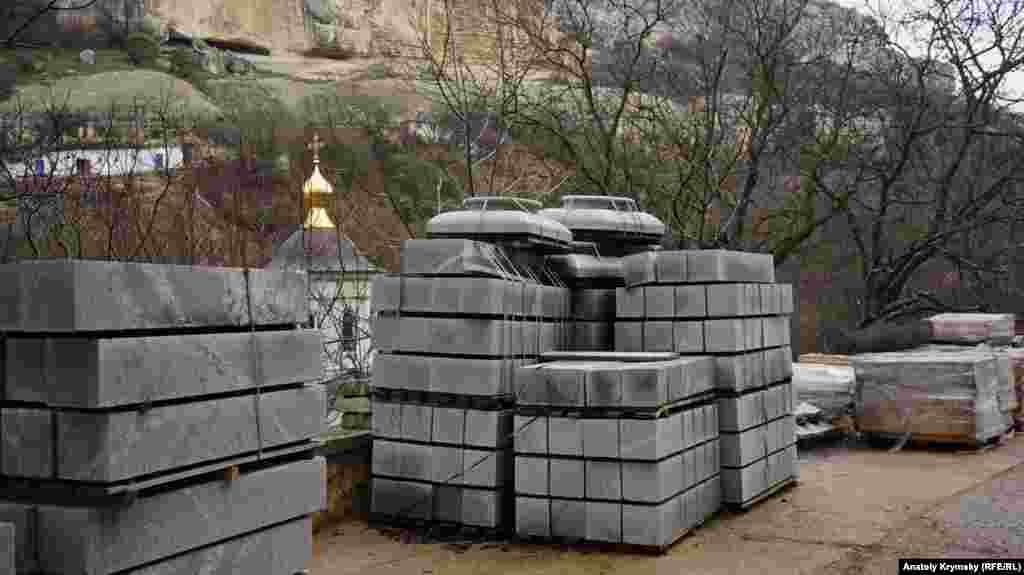 В монастыре строительные работы не прекращаются.