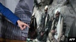 Сулейман Абу Гейт (л) на фото, на яке показують на прес-конференції у Вашингтоні, 7 березня 2013 року. Інші двоє на цьому стоп-кадрі з відеозапису про відповідальність за напади у США 11 вересня 2001 року – колишні чільник «Аль-Каїди» Усама бін Ладен (с) і його головний заступник Айман аз-Завагрі (п).
