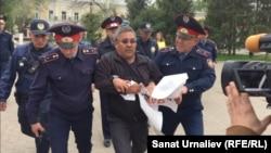 Жер реформасына қарсы акция өткізбек болған Орал тұрғыны Бауыржан Әліпқалиевті полиция ұстап әкетіп барады. 29 сәуір 2016 жыл.