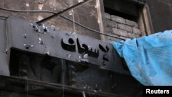 Обгоріла вивіска приймальні швидкої допомоги однієї з розбомблених лікарень, Алеппо, 28 вересня 2016 року