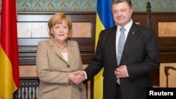Канцлер Германии Ангела Меркель (слева) и президент Украины Петр Порошенко. Киев, 23 августа 2014 года.