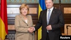 Германия канцлері Ангела Меркель (сол жақта) және Украина президенті Петр Порошенко. Киев, 23 тамыз 2014 жыл.