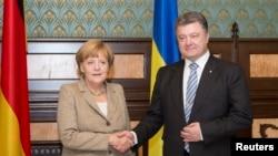 Ուկրաինա -- Գերմանիայի կանցլեր Անգելա Մերկելը (ձ) սեղմում է Ուկրաինայի նախագահ Պետրո Պորոշենկոյի ձեռքը Կիևում նրա հետ հանդիպման ժամանակ, 23-ը օգոստոսի, 2014թ․