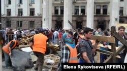 Люди біля Будинку профспілок після пожежі, Одеса, 3 травня 2014 року