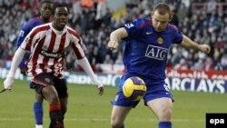 گل های ديرهنگام روبين فان پرسی هلندی و تيری هانری فرانسوی باعث شد تا آرسنال در فوتبال دسته برتر انگليس بازی باخته را به شکلی حماسی دو بر يک از منچستر يونايتد ببرد