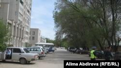 Полицейское оцепление на улице Жангожа-батыра в Актобе на месте взрыва бомбы. Слева за автобустом – трехэтажное здание комплекса КНБ, где произошел взрыв бомбы. 17 мая 2011 года.