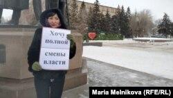 Бір адамдық пикетке шыққан белсенді Назгүл Әленова. Орал, 16 қаңтар 2020 жыл.