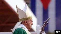 Папа Римский Франциск служит мессу на площади Революции в Гаване, 20 сентября 2015 года.