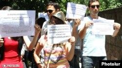 «Դեմ եմ» նախաձեռնությունը բողոքի երթ է անցկացնում Ազգային ժողովի դիմաց, արխիվ