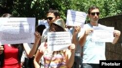 Կուտակայինում առաջարկվող փոփոխությունների դեմ երեկվա բողոքի ցույցը Ազգային ժողովի շենքի դիմաց