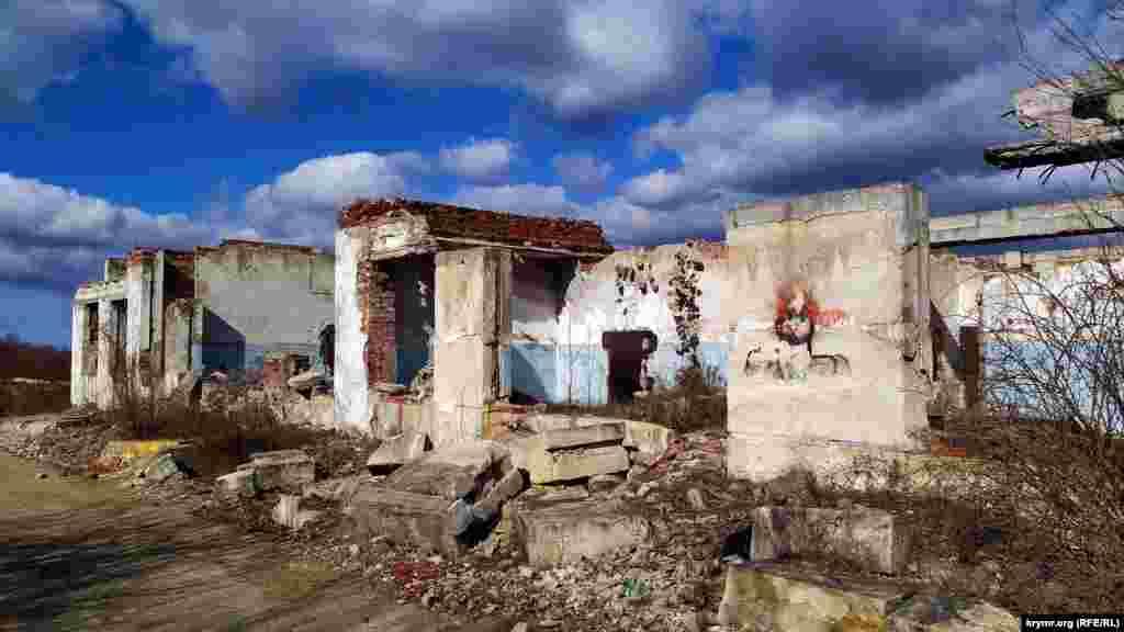 Совершенно секретный объект №221 – запасной командный пункт (ЗКП) Черноморского флота – начали строить в 1977 году на горе Мишень. Это было четырехэтажное сооружение с двумя потернами (подземными коридорами).Потерны закрывались массивными противоатомными дверями. Выходы из потерн замаскировали двухэтажными зданиями, которые имитировали жилые дома. На вершине горы находятся выходы вентиляционных и волноводных шахт диаметром 4,5 метра и высотой около 182 метров