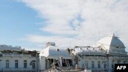 Гаити. Жер тербетүүдө бузулган Президенттик сарай. Порт-о-Принс.