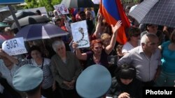Armenia -- Critics of former President Robert Kocharian protest outside a court building in Yerevan, May 18, 2019.