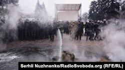 Украинската полиција се судри со демонстранти пред зградата на Парламентот.