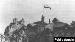 Польский флаг на Монте-Кассино (http://www.a-pesni.golosa.info/ww2-polsk/montecassino.htm)