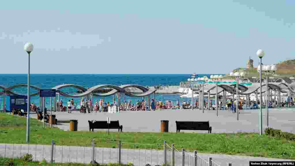 Частина пляжу «Сонячний», де раніше був пісок, тепер вимощена плиткою