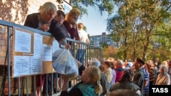 Раздача гуманитарной помощи представителями Рината Ахметова в Донецке