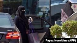 СаIудин Iаьрбийн пачхьалкх -- Эр-Риядехь, карахь смартфон а йолуш, машен чуьра арайолуш ю жима зуда, Гезг. 27, 2017