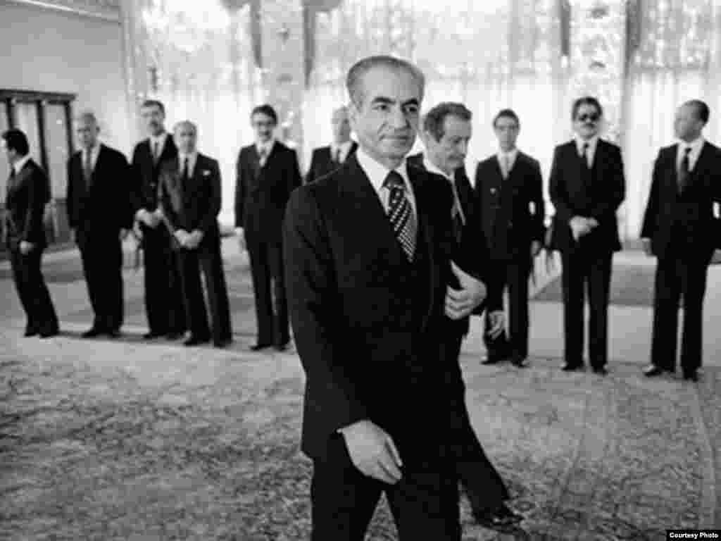 شاپور بختيار و محمدرضا شاه در مراسم معرفی آخرين کابينه مشروطه - دی ماه ۱۳۵۷ -