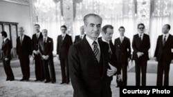 آخرین دیدار شاه با کابینه. بختیار و اعضای کابینهاش در پسزمینه عکس دیده میشوند.