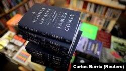 """Книга бывшего директора ФБР Джеймса Коми """"Высшая лояльность"""" в продаже в Вашингтоне 17 апреля 2018"""