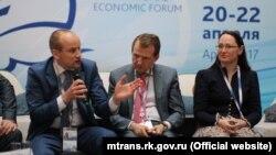 Экс-министр транспорта Крыма Анатолий Волков (слева)