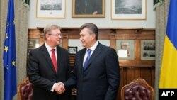 Ukrainanyň prezidenti W.Ýanukowic (s) we ÝB-niň ýaýbaňlanmak boýunça ýolbaşçysy S.Fuele, 20-nji sentýabr, 2013