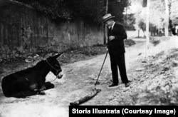 Луиджи Пиранделло с осликом