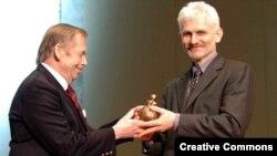 Вацлаў Гавэл і Алесь Бяляцкі падчас уручэньня прэміі Homo Homini