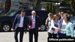 Кавадарци- Вршителот на должност помошник државен секретар на САД за Европа и Евроазија, Филип Рикер заедно со американската амбасадорка во Кејт Бернс денеска ја посетија Општина Кавадарци