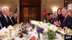 Nënpresidenti amerikan, Mike Pence (majtas) në drekë me Mbretin e Jordanisë, Abdullah II (djathtas)