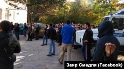 Крымские татары пришли под здание суда подержать задержанных активистов. Бахчисарай, 12 октября 2017 года