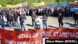 """""""АрселорМитталТеміртау"""" компаниясының жұмысшылары жалақыларын көтеруді талап етіп тұр. Теміртау, 19 мамыр 2012 жыл."""