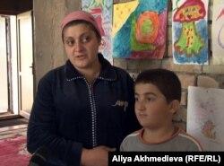 Лейла Алиева ұлы Азизбен бірге тұр. Алматы облысы, Есік қаласы, 1 мамыр 2013 жыл.
