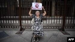 Людмила Алексеева на одиночном пикете у здания Госдумы России (архивное фото)