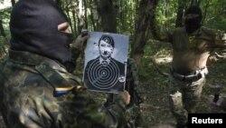 Український боєць дивиться на мішень під час тренувань неподалік Києва, 2014 рік