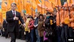 Сторонники приветствуют кандидата Ющенко