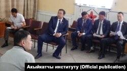 Мелис Аспеков Бишкектеги №1 тергөө абагында акыйкатчы жана депутаттар менен жолугушууда, 21-июнь, 2018-жыл.