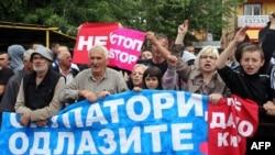 Kosovski Srbi u Mitrovici protestuju protiv sporazuma tokom posete Vučića, 12. maj 2013.