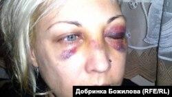Добринка Божилова след ареста ѝ, извършен от полицай Цветелин Цветанов