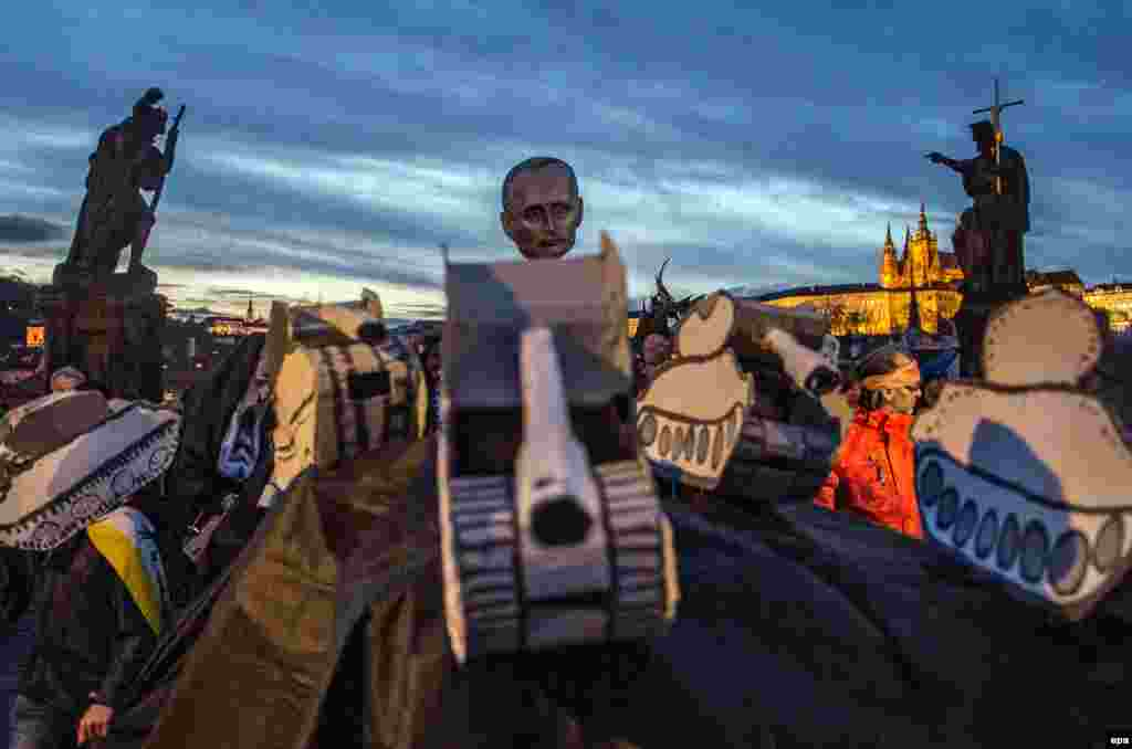 People carry an effigy of Russian President Putin and tanks while taking part in a march commemorating the 26th anniversary of the Velvet Revolution, in Prague, Czech Republic, on 17 November 2015. Waves of peaceful protests in Czech and Slovak cities eventually brought down Czechoslovakia's Moscow-backed Communist Government in 1989. (epa/Filip Singer)